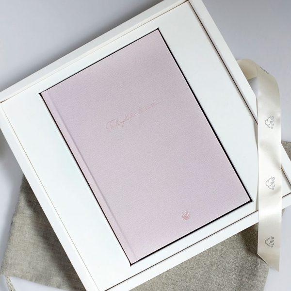 Darbo knyga tekstiliniu viršeliu RAUSVASIS KORALAS dėžutėje (A5 formatas)