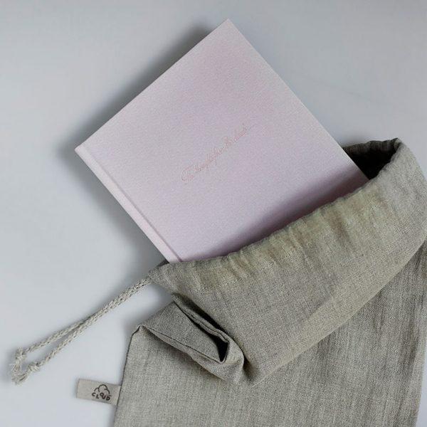 Darbo knyga tekstiliniu viršeliu RAUSVASIS KORALAS lininiame maišelyje (A5 formatas)